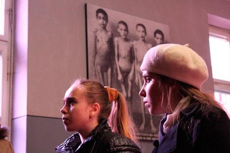El director Mumin Shakírov se llevó a dos chicas rusas a visitar el campo de exterminios y rodó una película de la excursión. Fuente: servicio de prensa