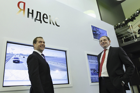 Primeiro-ministro Dmítri Medvedev (esq.) junto a Arkádi Voloj, fundador do Yandex na sede da empresa em Moscou Foto: Reuters