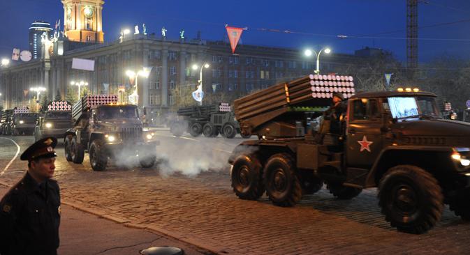 """Sistema de lanzacohetes múltiple BM-21 """"Grad"""" durante el desfile militar del 9 de mayo en Ekaterimburgo. Fuente: Ria Novosti"""