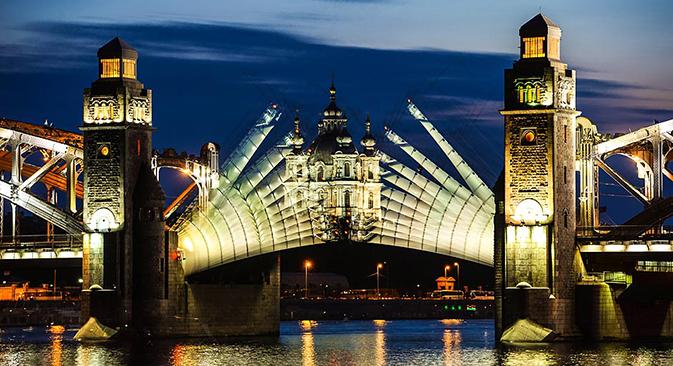Elevación del puente de Pedro el Grande el San Petersburgo durante las Noches Blancas. Fuente: Ria Novosti