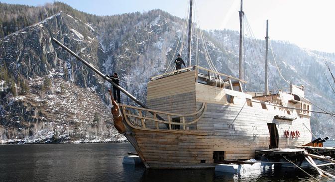 El constructor Alexánder Marchenko trabaja con su asistente en la construcción de un barco tradicional de madera del siglo XVII. 24 de marzo del 2013. Fuente: Reuters