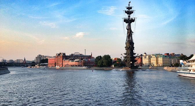 """""""Octubre rojo"""" (Krasni Oktiabr) fábrica de confitería más antigua de Rusia y el monumento a Pedro I, el Grande en Moscú. Fuente: Román Kiselev"""