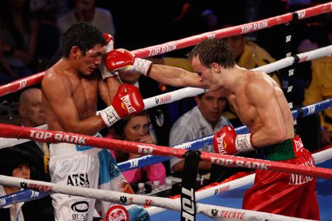 El campeón ruso en peso pluma conserva su título tras derrotar al argentino Mauricio Javier Muñoz. Fuente: AP