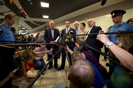 Anatoli Kucherena, abogado que colabora con Snowden, se dirige a la prensa. Fuente: AP