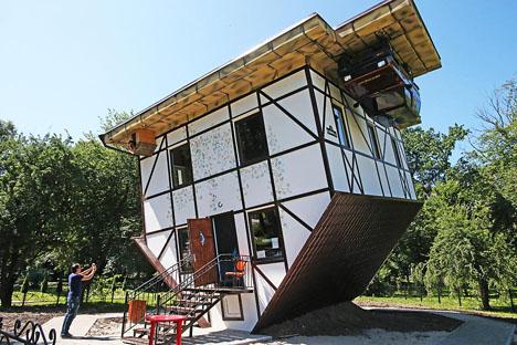 """Visitantes observan la """"casa al revés"""" situada en Kaliningrado. Fuente: Ígor Zarembo / Ria Novosti"""