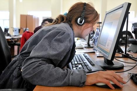 Los rusos dedican una media de 12, 8 horas al mes y su uso afecta a la productividad laboral. Fuente: ITAR-TASS