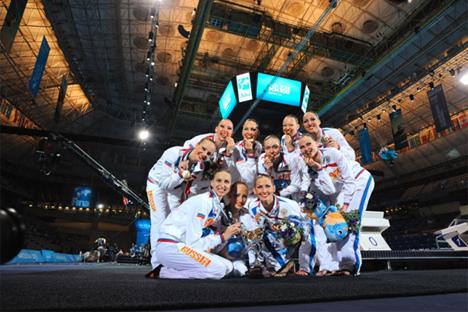 El equipo ruso de natación sincronizada posa con la medalla de oro. Fuente: RFEN