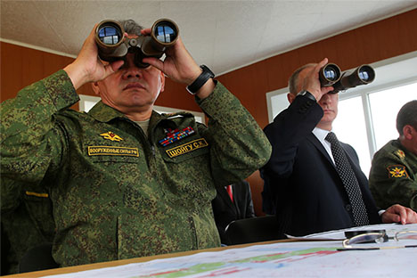 Ministro da Defesa Serguêi Choigu (esq.) e presidente da Rússia Vladímir Pútin (dir.) Foto: Mil.ru
