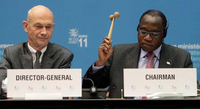 Olusegun Olutoyin Aganga, director de la conferencia (a la derecha), junto a Pascal Lamy, director general de la OMC (a la izquierda), aprueban la entrada de Rusia en la organización. Fuente: Reuters