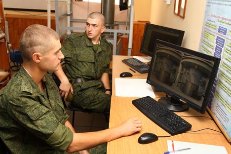 Cada cadete da Companhia Militar Científica tem seu respetivo supervisor científico, que é quem elabora o plano de trabalho de acordo com os tópicos de interesse para o Exército Foto: Ígor Filonov
