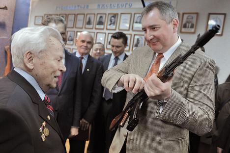 Mijaíl Kaláshnikov junto con el vice primer ministro de Rusia, Dmitri Rogozin. Fuente: Ria Novosti