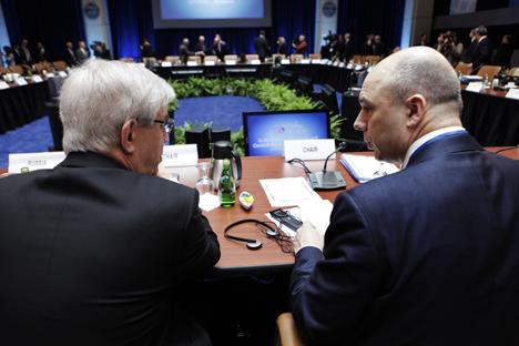 Serguéi Ignátiev, exdirector del Banco Central de Rusia, y Antón Siluánov, ministro de Finanzas de Rusia en la cumbre ministerial del G20. Fuente: Reuters