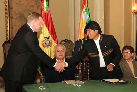 Executivos da Gazprom e da Total firmaram um acordo com o presidente da Bolívia, Evo Morales Foto: YPFB