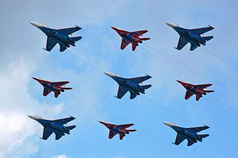 """""""Os Grandes Nove"""", grupo de acrobacia composto pelos """"Cavaleiros Russos""""  e """"Andorinhões"""", pilotam os caças Su-27 e MiG-29 Foto: Wikipedia"""