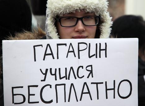 """Manifestante segura placa que diz """"Gagárin estudou de graça"""", em referência à qualidade de ensino na URSS Foto: ITAR-TASS"""