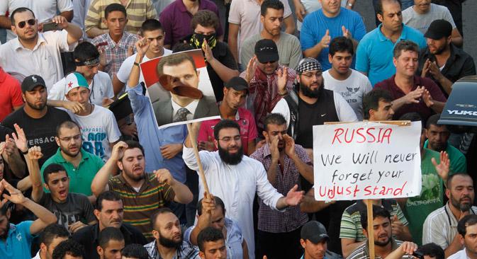 Protesta en 2012 contra el régimen y el apoyo de Rusia al presidente sirio Bashar al Assad, que aparece en un cartel con un zapato en la cara. Fuente: AP.