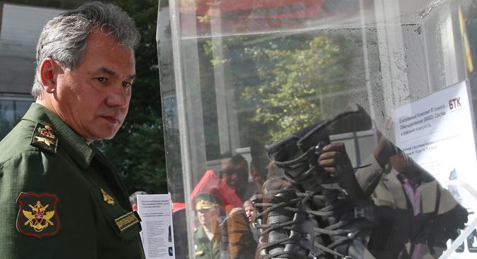 El ministro de defensa Serguéi Shoigú observa algunos avances tecnológicos. Fuente: ITAR-TASS