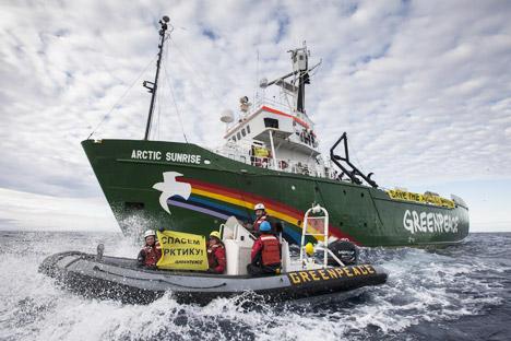 Algunos activistas de Greenpeace se encuentran a bordo del buque, pero no se les permite bajar a la costa. Fuente: AP