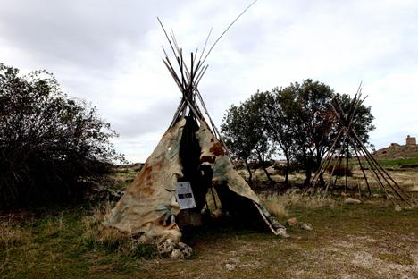 Los cazadores se sirven de pieles y palos para vivir. Fuente: Julián Jaén