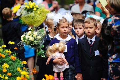 Alumnos en la ceremonia de inicio del curso en Vladivostok. En Rusia es tradición llevar flores el primer día de la escuela. Fuente: ITAR-TASS