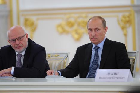 Vladímir Lukín, el Defensor del Pueblo ruso (a la izquierda)  junto con el presidente ruso Vladímir Putin. Fuente: ITAR-TASS