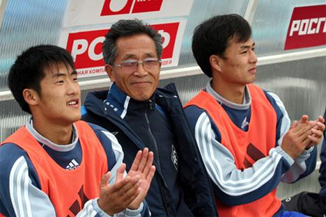 Choe Myong-Ho y Li Kwan Mena, en el banquillo; en medio, el 'intérprete'. Fuente: fc-camara.ru
