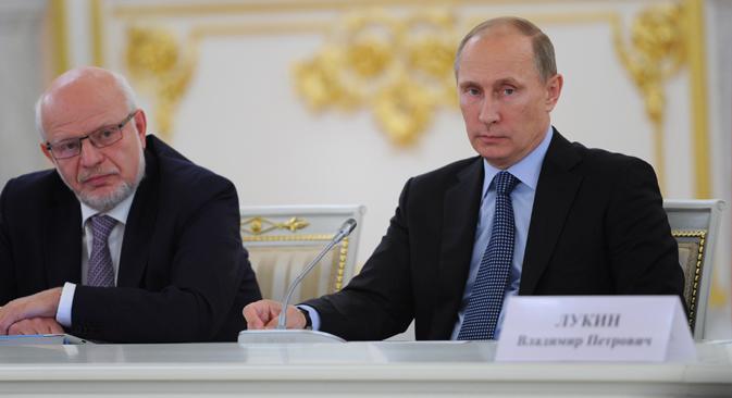 Mijaíl Fedotov, presidente del Consejo Ruso para los Derechos Humanos y el presidente ruso Vladímir Putin, durante una reunión del Consejo sobre la Sociedad Civil y los Derechos Humanos. Fuente: ITAR-TASS
