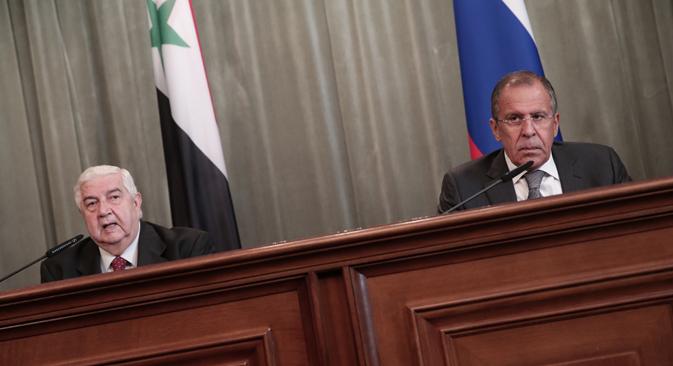 El ministro de Asuntos Exteriores sirio, Walid al Muallem (a la izquierda), junto a su homólogo ruso, Serguéi Lavrov. Fuente: ITAR-TASS
