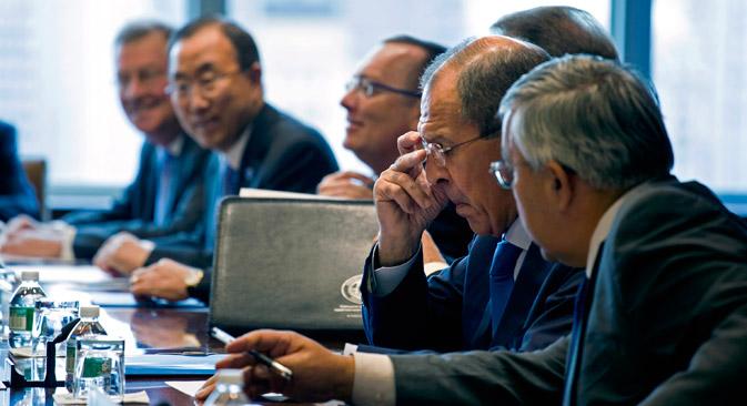 Serguéi Lavrov ajusta sus anteojos antes de la reunión del Cuarteto de Oriente Próximo durante la 68º Asamblea de las Naciones Unidad en la sede de la ONU, el pasado 27 de septiembre. Fuente: AP