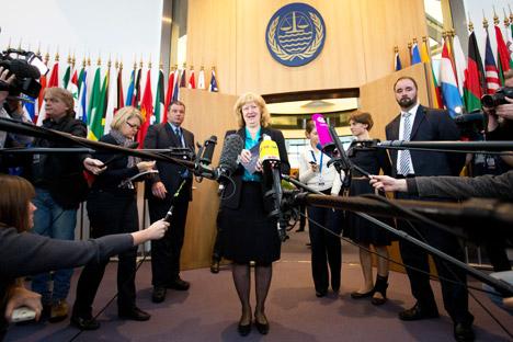 """La responsable de la delegación holandesa, la experta en Derecho Internacional Liesbeth Lijnzaad, expuso en el Tribunal Internacional que Rusia violó la normativa de las Naciones Unidas cuando abordó el buque de Greenpeace """"Artic Sunrise"""", con bandera holandesa, y acusó a su tripulación de piratería. Fuente: AP."""