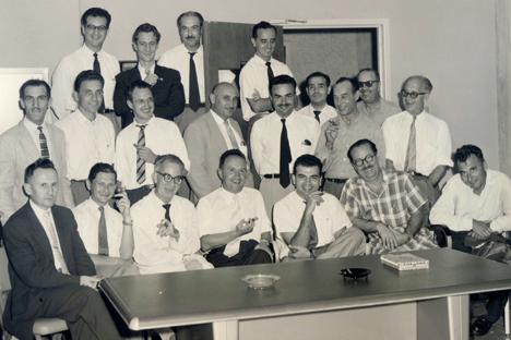 Profesores de la Facultad de Ciencias de la UCV. Nicolás Szczerban es el primero sentado a la izquierda. Fuente: Carlos Herrera (1959-1960)