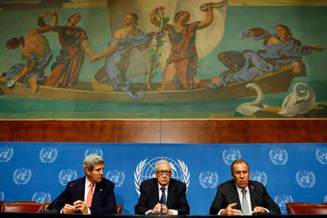 Serguéi Lavrov (a la derecha), John Kerry (a la izquierda) junto con Lajdar Brahimi, enviado especial de la ONU a Siria, durante una rueda de prensa. Fuente: Reuters