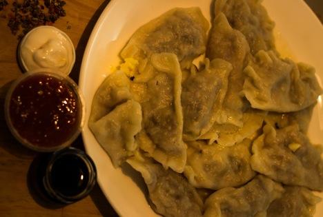 Un plato de vareniki, listo para untar en diferentes salsas.Fuente: Divya Shirodkar.