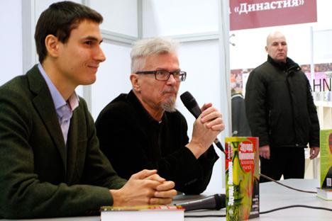 Eduard Limónov durante la conferencia ofrecida en la feria internacional. Al fondo parte de su seguridad personal. Fuente: Santi Pueyo