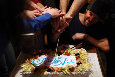 Los activistas celebran su liberación en un restaurante. Fuente: Denis Sinyakov / Lenta.ru