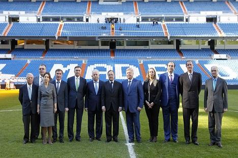 Los firmantes del acuerdo en el estadio Santiago Bernabéu. El embajador de Rusia, Yuri Korchagin, quinto por la izquierda. Fuente: Realmadrid.com