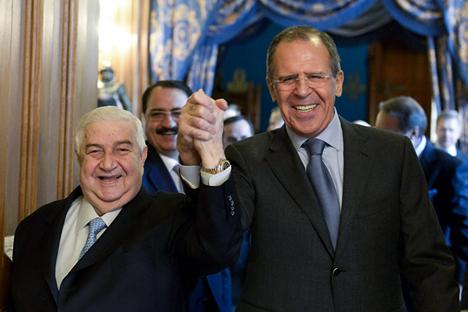 Serguéi Lavrov, ministro de Exteriores de Rusia (a la derecha) y Walid al-Moallen, su homólogo sirio, en Moscú. Fuente: AP