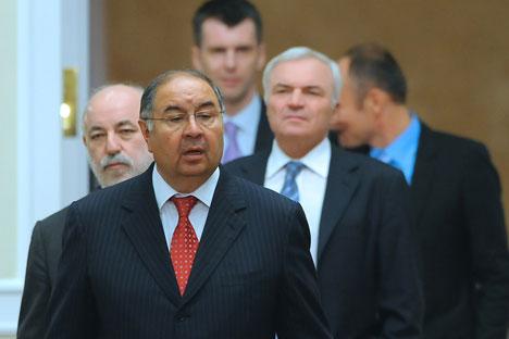 Alisher Usmánov (en primer plano) director general de Gazprom Investholding; Víctor Vekselberg (a la izquierda), director del centro Skólkovo y el empresario Mijaíl Prójorov, al fondo. Fuente: ITAR-TASS