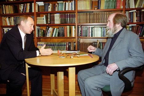 Vladímir Putin y Alexánder Solzhenitsyn. Fuente: ITAR-TASS