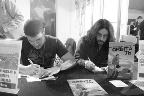 Los autores firman autógrafos Salón del cómic de Granada.