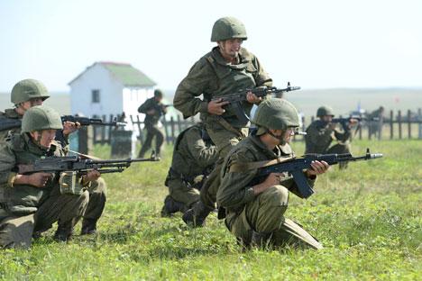Rusia ha reunido un conjunto de efectivos que incluye 220.000 soldados, 1.800 tanques y más de 400 helicópteros. Fuente: RIA Novosti