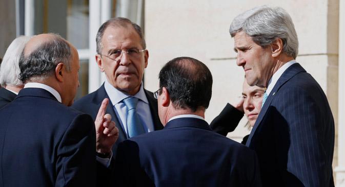 Serguéi Lavrov y John Kerry se vieron en París, en los márgenes de una conferencia sobre Líbano. Fuente: AP