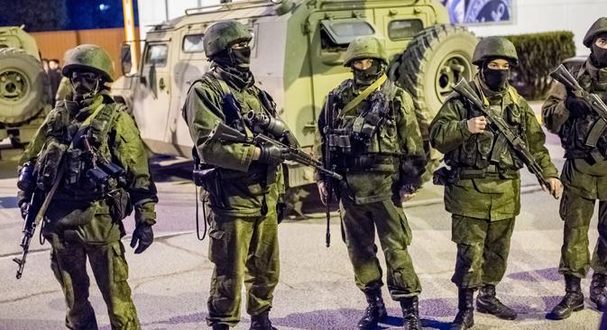 Hombres armados junto a un convoy militar en Sebastopol. Fuente: Ria Novosti