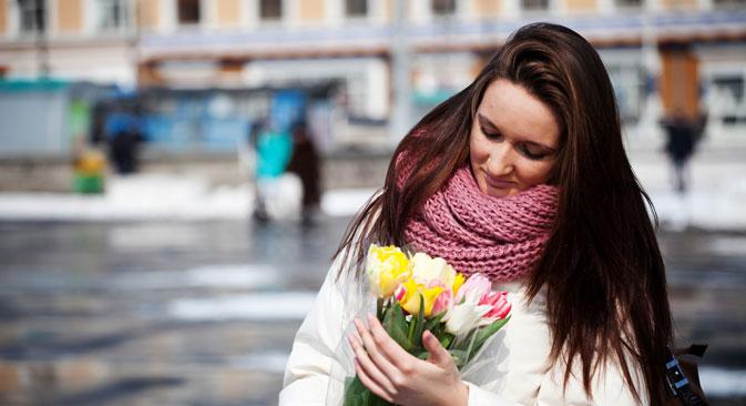 Hoy numerosas mujeres en Rusia reciben flores como regalo. Fuente. ITAR-TASS.