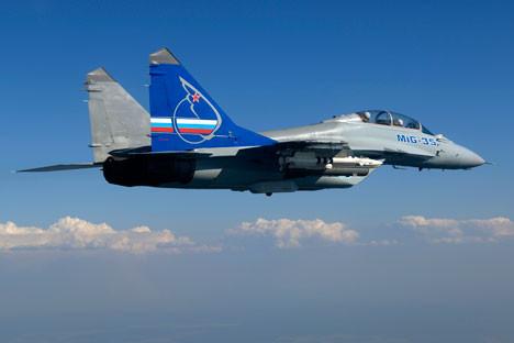 El ministro de Defensa Serguéi Shoigú anuncia que se ha firmado un contrato para la compra de este tipo de aviones para 2016. Fuente: servicio de prensa