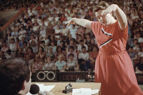 Una mujer baila durante una sesión del médico-psicoterapeuta Anatoli Kashpirovski. Fuente: Ígor Kostin / Ria Novoti