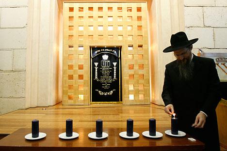 Un judío enciende velas del shabat en la sinagoga de Moscú. Fuente:Reuters.