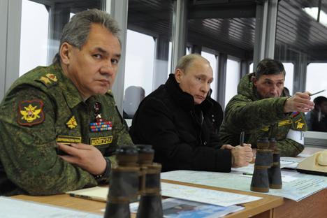 El ministro de defensa ruso Serguéi Shoigú en primer plano, junto al presidente ruso Vladímir Putin. Fuente: ITAR-TASS