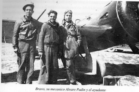 Jose María Bravo, el piloto español con más derribos (derecha), posa con sus ayudantes. Fuente: Asociación Guerra y Exilio (AGE)