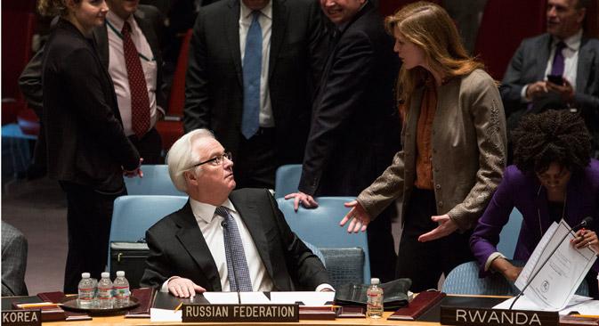 La embajdora estadounidense ante la ONU, Samantha Power (a la derecha) y su homólogo ruso Vitali Churkin poco antes del veto ruso a la resolución sobre el referéndum en Crimea. Fuente: Reuters